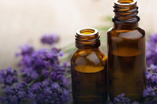 Olejki eteryczne – pomocna dłoń natury w problemach skóry głowy!