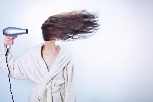 Farbowanie, prostowanie, rozjaśnianie…Co Twój włos na to?